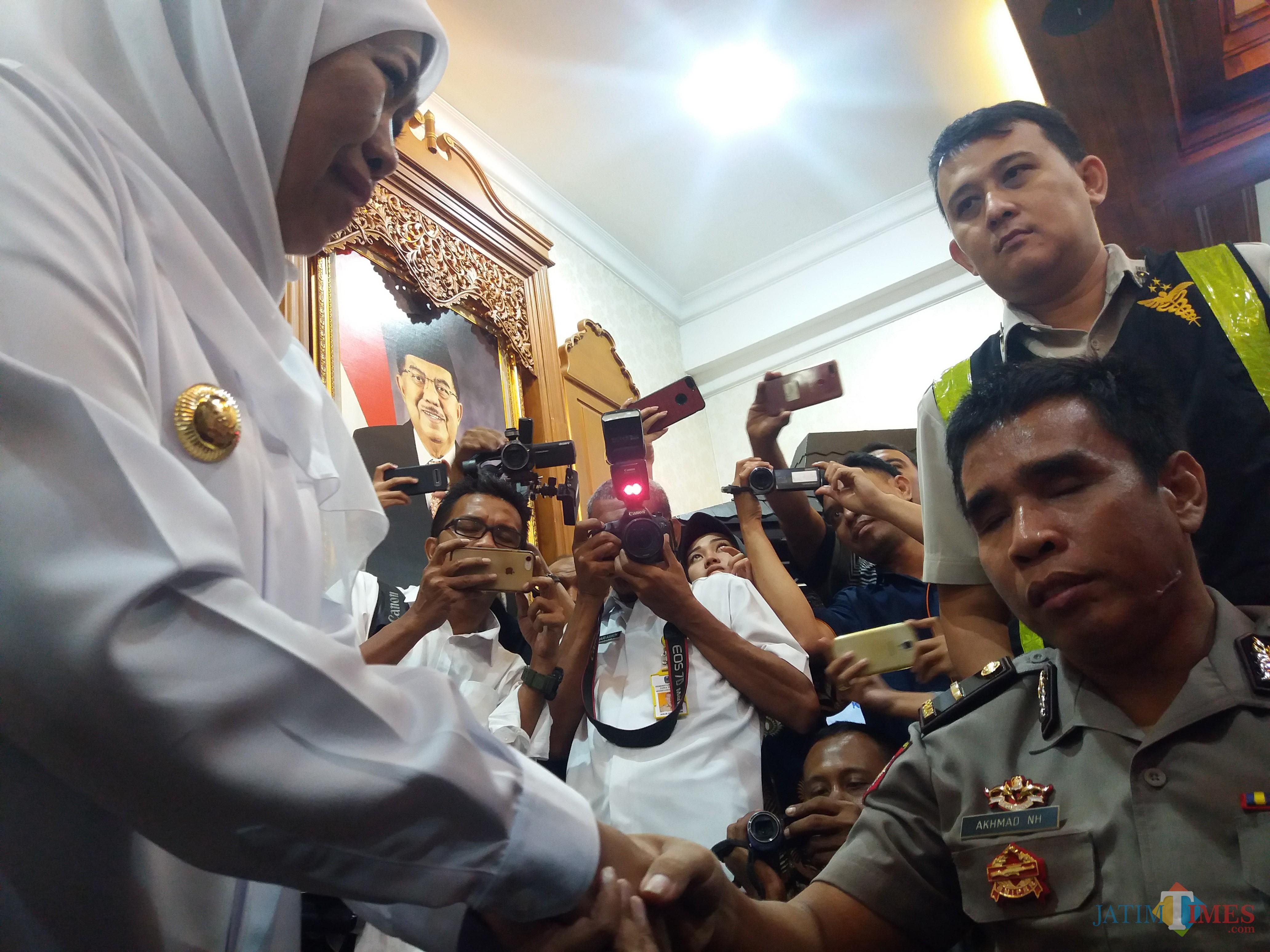 Korban Ipda Nurhadi ketika disapa oleh Gubernur Jatim Khofifah