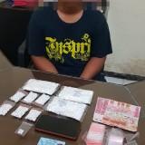Moch Habib Jeriasnsyah tersangka beserta ribuan butir narkotika saat diamankan polisi, Kecamatan Pakisaji, Rabu (15/5/2019) (Foto : Humas Polres Malang for MalangTIMES)