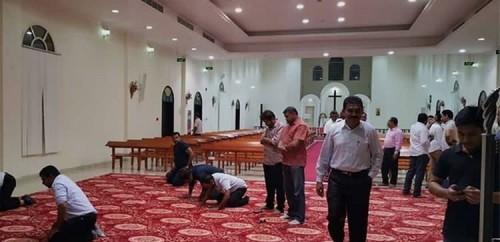 Para tokoh agama Islam saat salat diGereja Anglikan St Lukas di Ras Al Khaimah, utara UEA. (Foto: istimewa)
