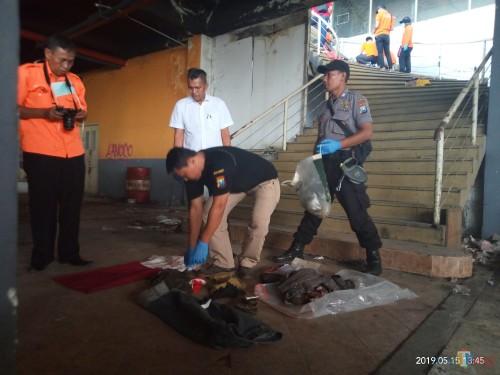 Petugas saat melakukan oleh TKP (Anggara Sudiongko/MalangTIMES)