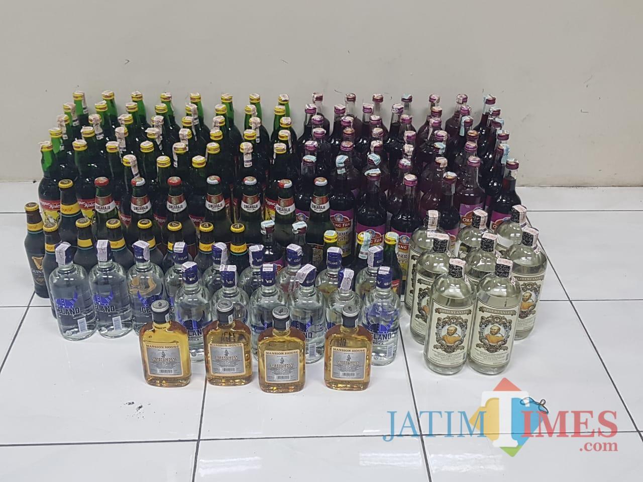 Sejumlah miras beralkohol yang diamankan oleh Tim Cobra Polres Lumajang (Foto : Moch. R. Abdul Fatah / Jatim TIMES)