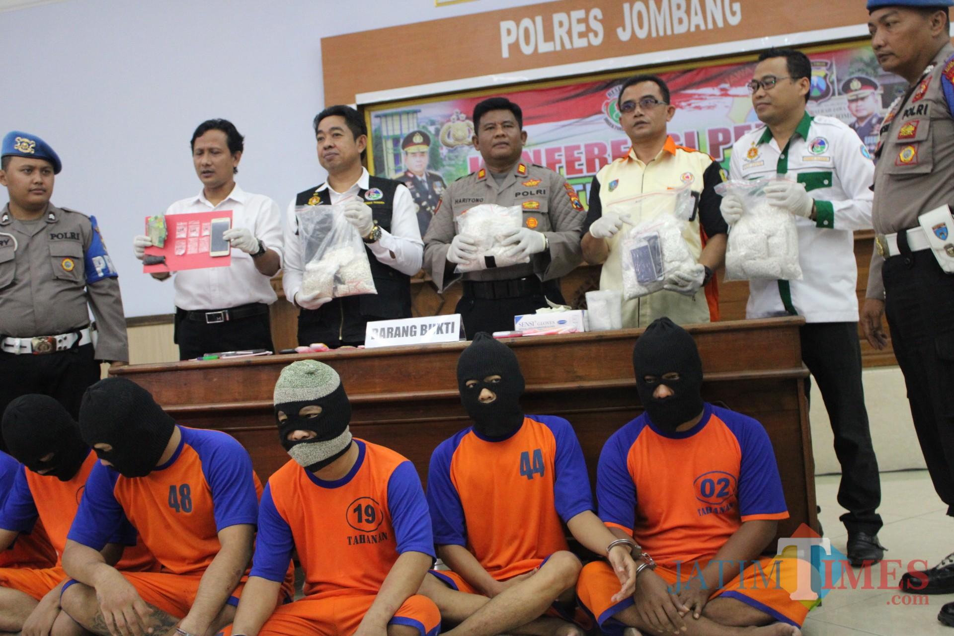 Puluhan ribu pil koplo sebagai barang bukti tangkapan ditunjukkan oleh Satreskoba Polres Jombang saat pers release. (Foto : Adi Rosul / JombangTIMES)