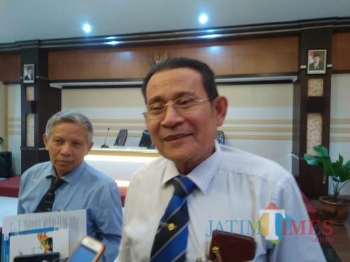 Rektor UB Nuhfil Hanani saat diwawancarai wartawan. (Foto: Imarotul Izzah/MalangTIMES)