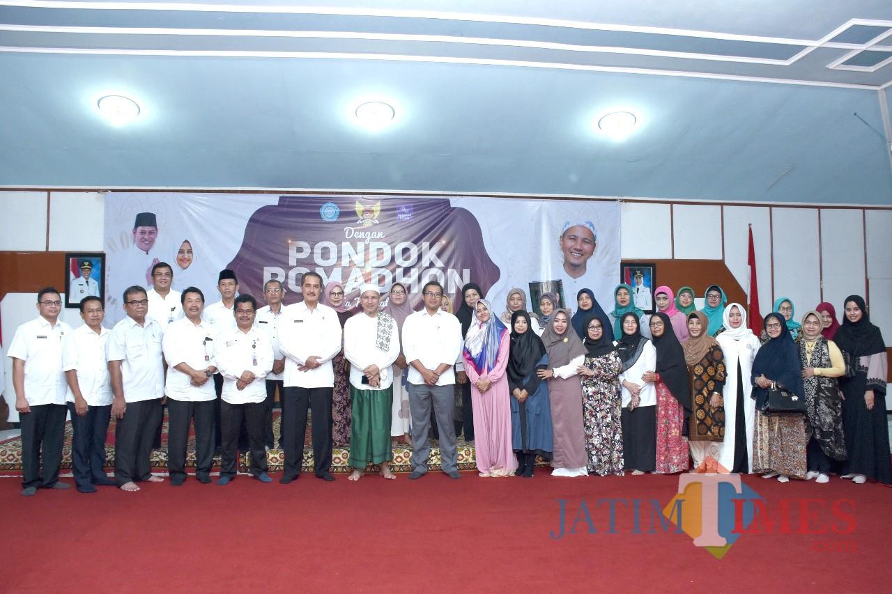 Sekda Kota Kediri Budwi Sunu (tengah) saat  mengikuti pondok Ramadan di Pemkot Kediri. (Eko Arif S /JatimTIMES)