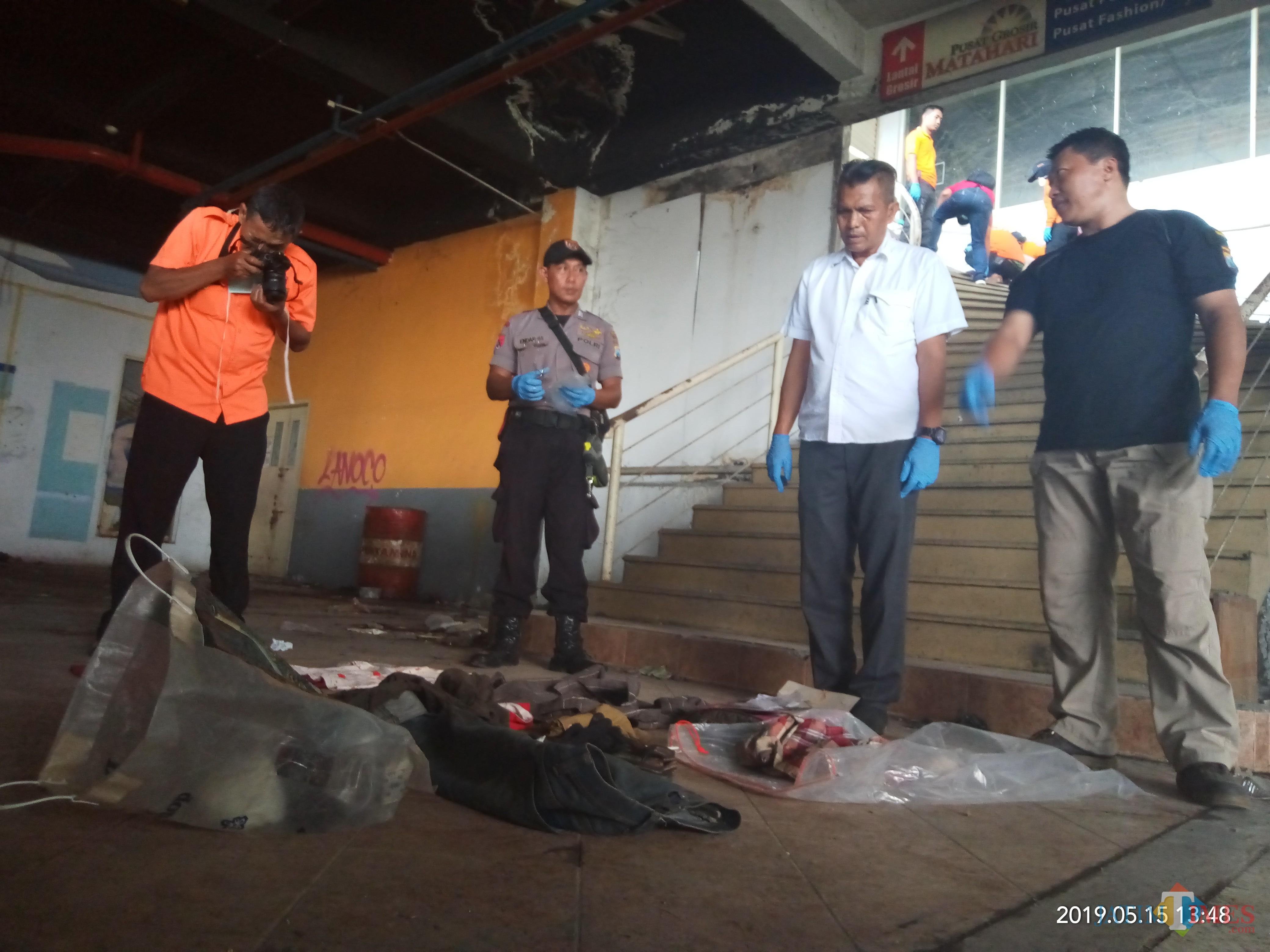 Tim Inafis tengah memeriksa sejumlah pakaian yang sempat diamankan sebelumnya (foto: Anggara Sudiongko/MalangTIMES)