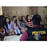 Penyidik pegawai negeri sipil saat mendata pekerja hiburan. (foto : Joko Pramono/Jatim Times)