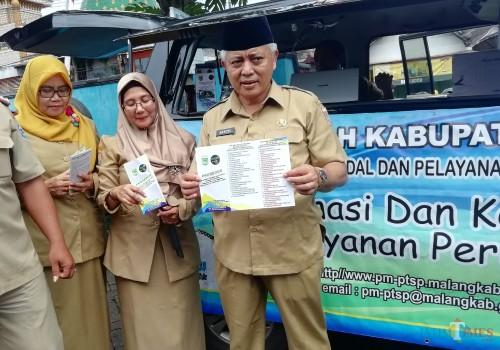 Wabup Malang Sanusi (kanan) memberikan jaminan kepuasan layanan perizinan di kantor DPMPTSP Kabupaten Malang (Nana)