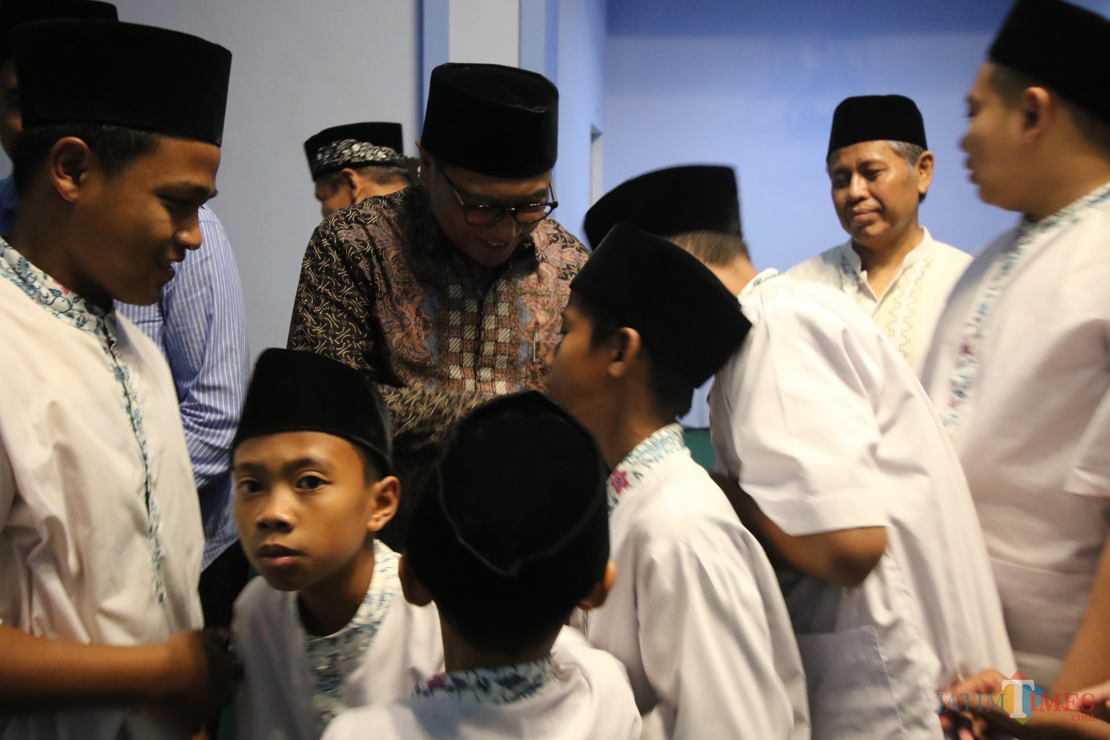Wakil Wali Kota Malang Sofyan Edi Jarwoko saat bersama anak-anak didik Panti Asuhan Muhammadiyah di sela agenda Safari Ramadan. (Foto: Nurlayla Ratri/MalangTIMES)