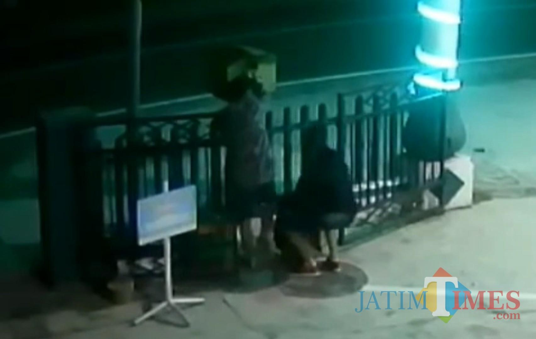 Aksi tiga maling bocah terekam cctv Masjid