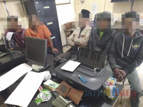 Kelima tersangka kasus perjudian saat dimintai keterangan dihadapan penyidik kepolisian, Kecamatan Karangploso (Foto : Humas Polres Malang for MalangTIMES)