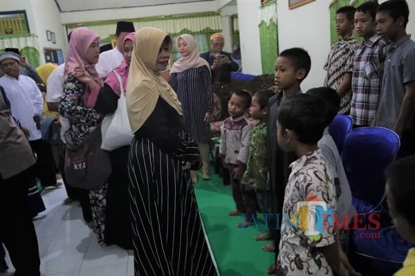 Bupati Kediri Hj Haryanti Sutrisno memberikan santunan kepada anak panti asuhan. (eko Arif s/JatimTimes)