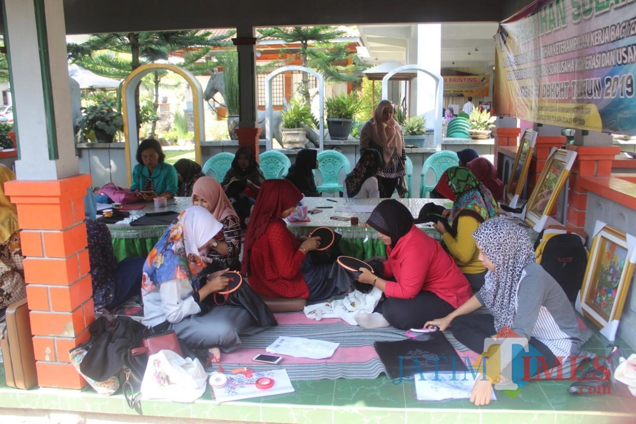 Pelatihan sulam sukses digelar Dinas Koperasi dan Usaha Mikro Kabupaten Blitar (Foto:  Rofiq/BlitarTIMES)
