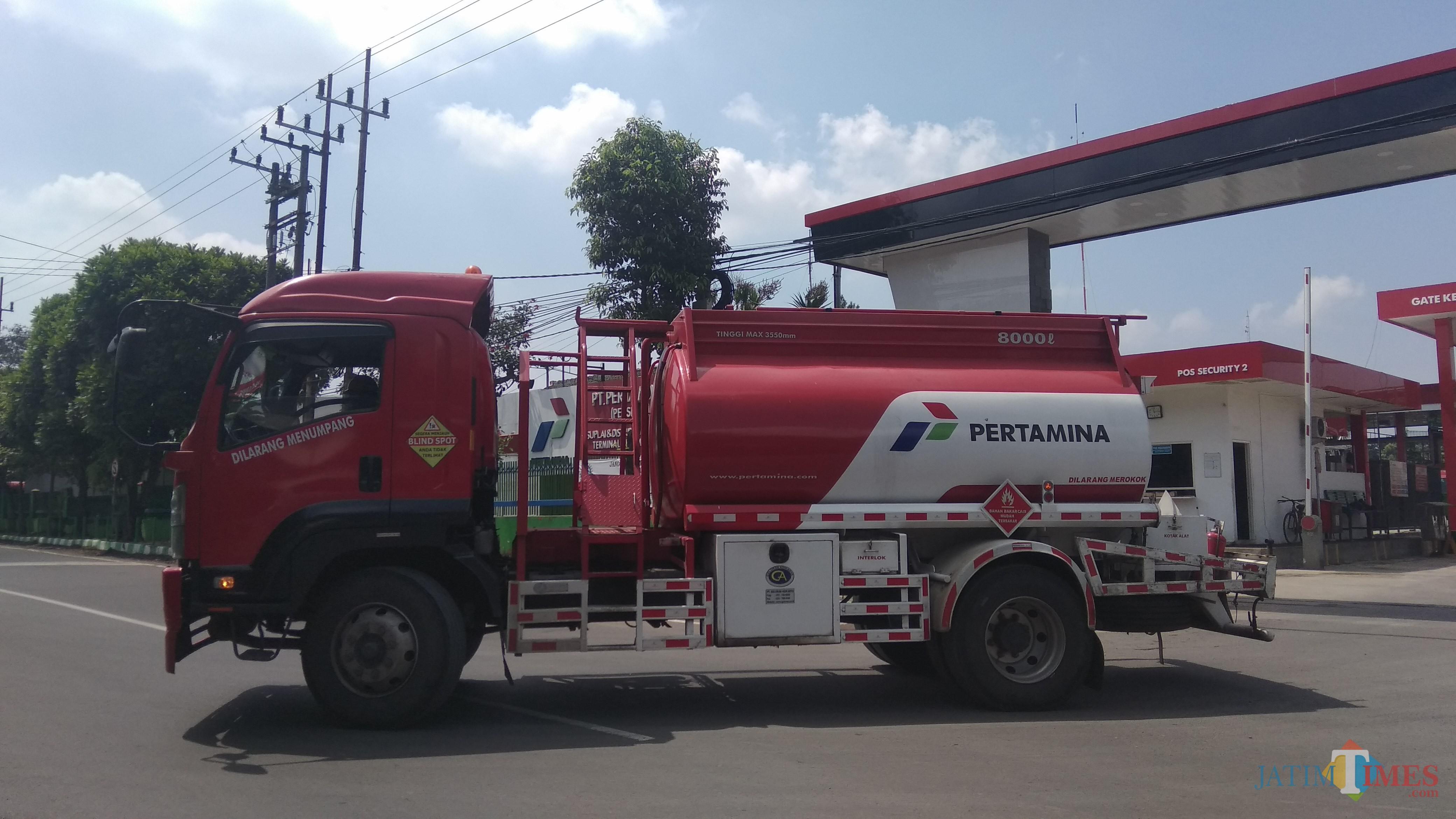 Mobil tangki Pertamina yang melakukan pengiriman dari Terminal BBM Malang. (Foto: Nurlayla Ratri/MalangTIMES)