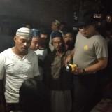 Kapolsek Glenmore AKP Mujiono menginterogasi pelaku sesaat setelah tertangkap.