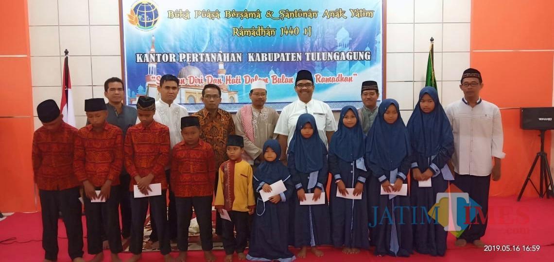 Kepala ATR / BPN Kabupaten Tulungagung Eko Jauhari saat memberi Santunan pada anak yatim dalam Bukber di kantor / Foto : Anang Basso / Tulungagung TIMES