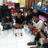 Lima pelaku pesta miras sesaat setelah diamankan jajaran kepolisian, Kecamatan Kepanjen (Foto : Humas Polres Malang for MalangTIMES)