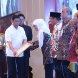 Menko Polhukam Wiranto ketika memberikan penghargaan pada Gubernur Jatim Khofifah