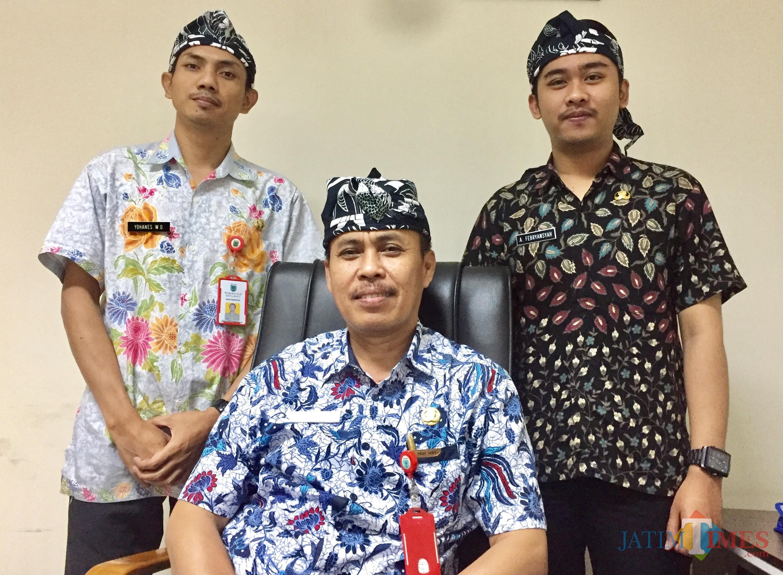 Plt Kepala Dinas Pariwisata Kota Batu bersama stafnya mengenakan udeng khas Kota Batu di kantornya Balai Kota Among Tani. (Foto: Irsya Richa/MalangTIMES)