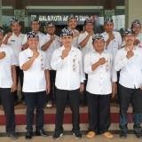 Plt Kepala Dinas Pariwisata Kota Batu bersama stafnya menggunakan seragam hari Rabu dan udeng di Balai Kota Among Tani. (Foto: istimewa)