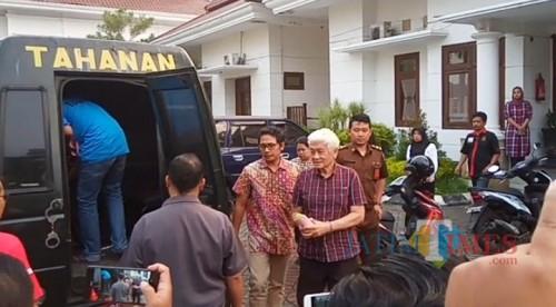 Thomas (berambut putih) saat akan dibawa ke Lapas Lowokwaru usai menjalani pemeriksaan singkat di Kejari Kota Malang (Anggara Sudiongko/MalangTIMES)