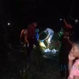 Tim identifikasi Polres Situbondo saat memeriksa kondisi mayat Mr X di  Hutan Baluran tadi malam. (Foto Heru Hartanto / Situbondo TIMES)