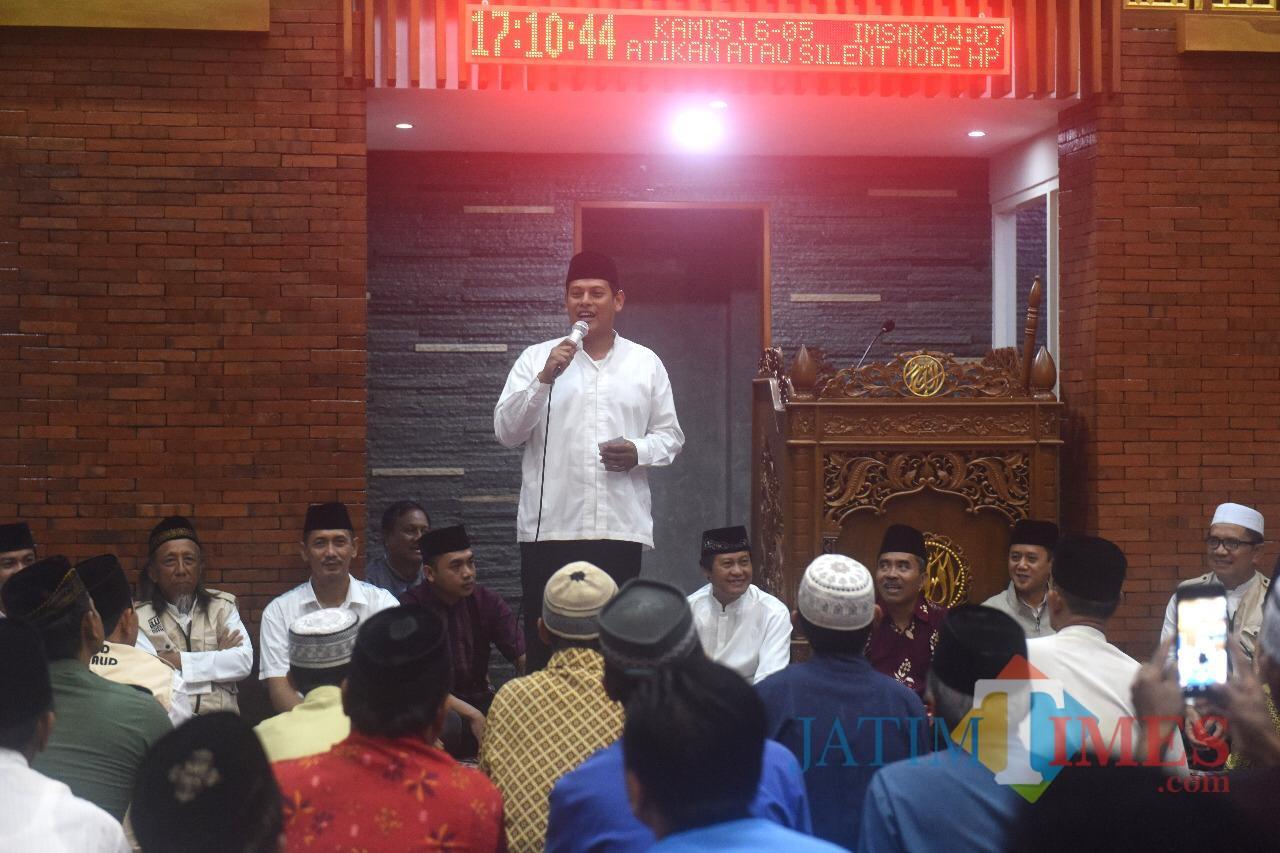Wali Kota Kediri Abdullah Abu Bakar memberikan sambutan saat safari ramadan di masjid Al-Khalid Kota Kediri. (eko Arif s /JatimTimes)