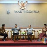 Wali Kota Kediri Abdullah Abu Bakar saat mengikuti talkshow di Kantor BI. (Eko Arif S /JatimTIMES)