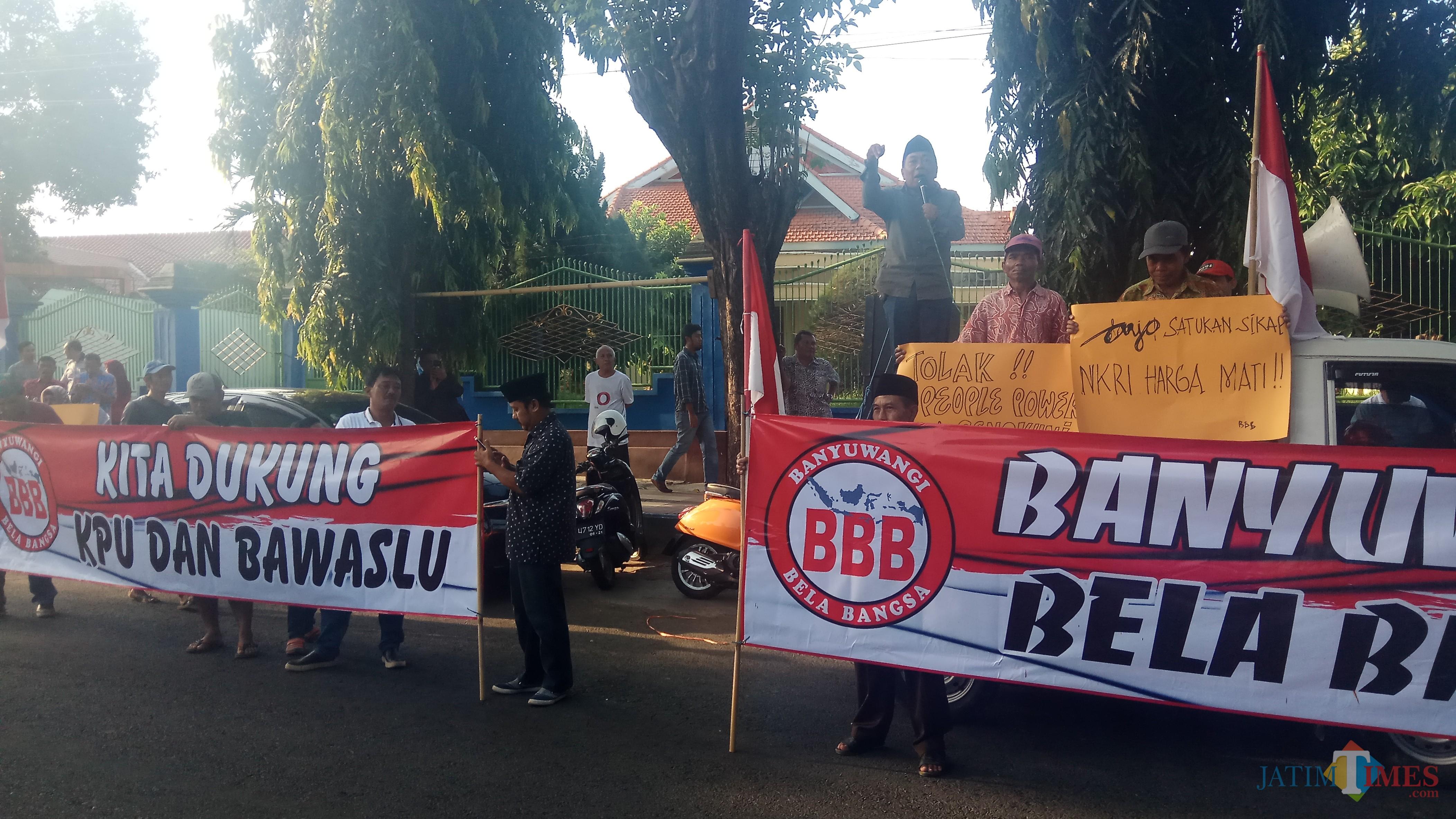 Banyuwangi Bela Bangsa melakukan orasi menolak delegitimasi KPU dan Bawaslu.