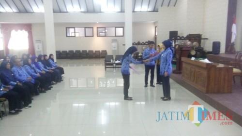 Bupati saat menyerahkan SK Mutasi puluhan ASN (foto : Moh. Ali Makrus / Jatim TIMES)