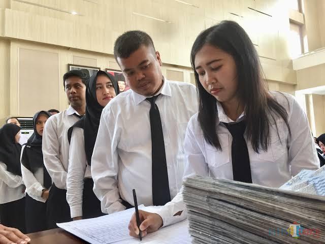 ASN Kota Batu saat bersama Wali Kota Batu Dewanti Rumpoko. (Foto: Irsya Richa/MalangTIMES)