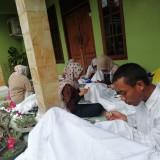 Para difabel saat dilatih membatik yang diselenggarakan Disnaker Kabupaten Malang untuk persiapan uji kompetensi membatik di Juni datang (Nana)
