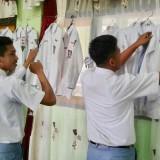 Para siswa menggantung seragam Osisi di aula SMAN 1 Girimarto, Wonogiri. (Foto: facebook Anto Prasetyo)