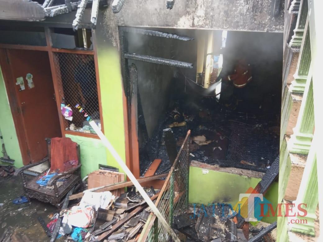 Petugas pemadam kebakaran saat berupaya memadamkan api di Kecamatan Dau. (Foto : PPBK Kabupaten Malang for MalangTIMES)