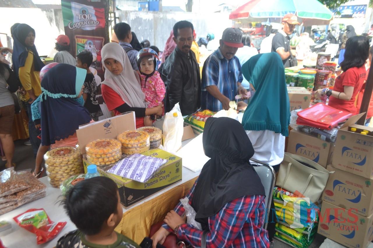 Suasana Pasar murah yang digelar Pemkab Jember di beberapa kecamatan dimintai warga (foto : istimewa / JatimTIMES)