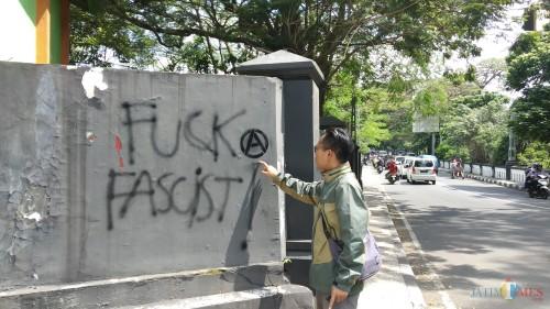 Vandalisme di dinding kawasan Jembatan Majapahit saat belum dibersihkan belum lama ini (Pipit Anggraeni/MalangTIMES).