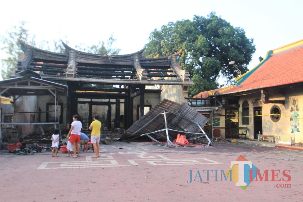 Puing Kelenteng Tri Dharma Sumbernaga Kota Probolinggo, paska terbakar (Agus Salam/Jatim TIMES)