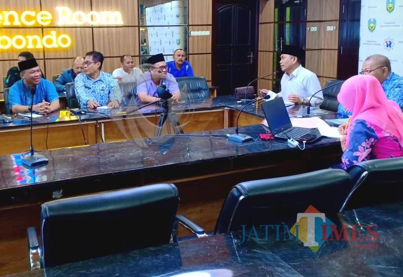 Baju putih pakai kopyah Wabup Yoyok saat meminta pertanggungjawab kades yang menyalahgunakan keuang dana desa (Foto Heru Hartanto / Situbondo TIMES)
