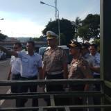 Kakorlantas Irjenpol Refdi Andri melihat proses pembuatan loket tambahan di pelabuhan Ketapang