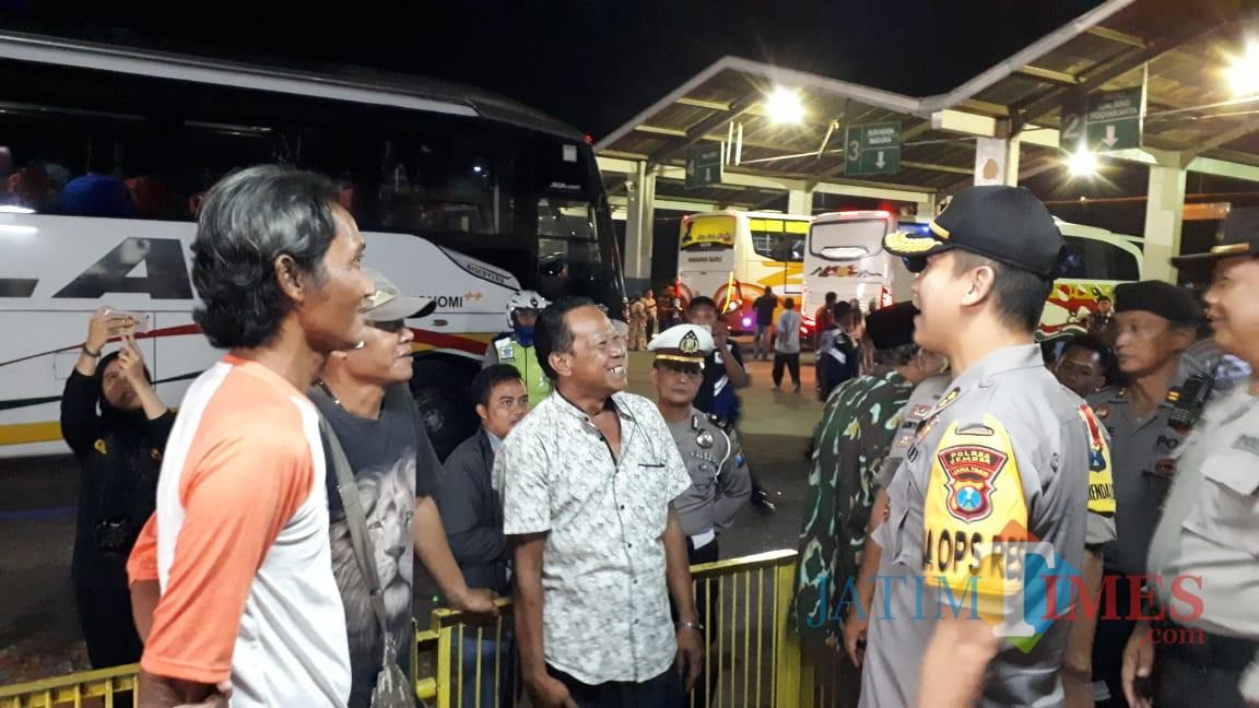 Kapolres Jember AKBP. Kuworo Wibowo saat memimpin razia di Terminal Tawang Alun Jember. (foto : istimewa / Jatim TIMES)