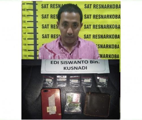 Edi Siswanto tersangka beserta barang bukti narkoba saat diamankan jajaran kepolisian, Kabupaten Malang (Foto : Humas Polres Malang for MalangTIMES)