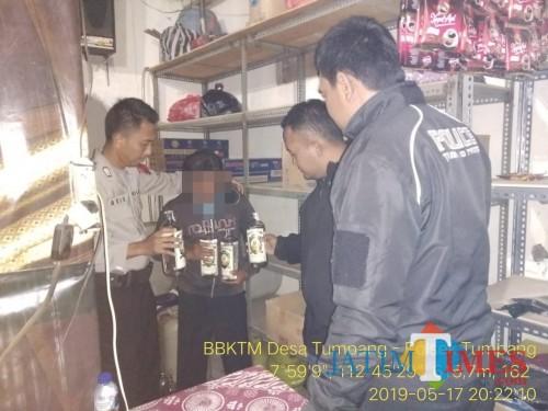Petugas kepolisian saat menggerebek kios penjual miras, Kecamatan Tumpang (Foto : Humas Polres Malang for MalangTIMES)