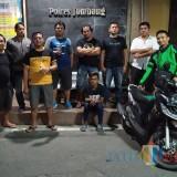 Salah satu pelaku persetubuhan anak di bawah umur saat dibawa anggota Resmob Jombang ke Mapolres Jombang. (istimewa)