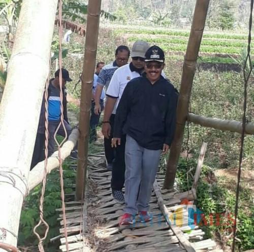 Wakil Wali Kota Batu Punjul Santoso saat meninjau jembatan bambu. (Foto: istimewa)