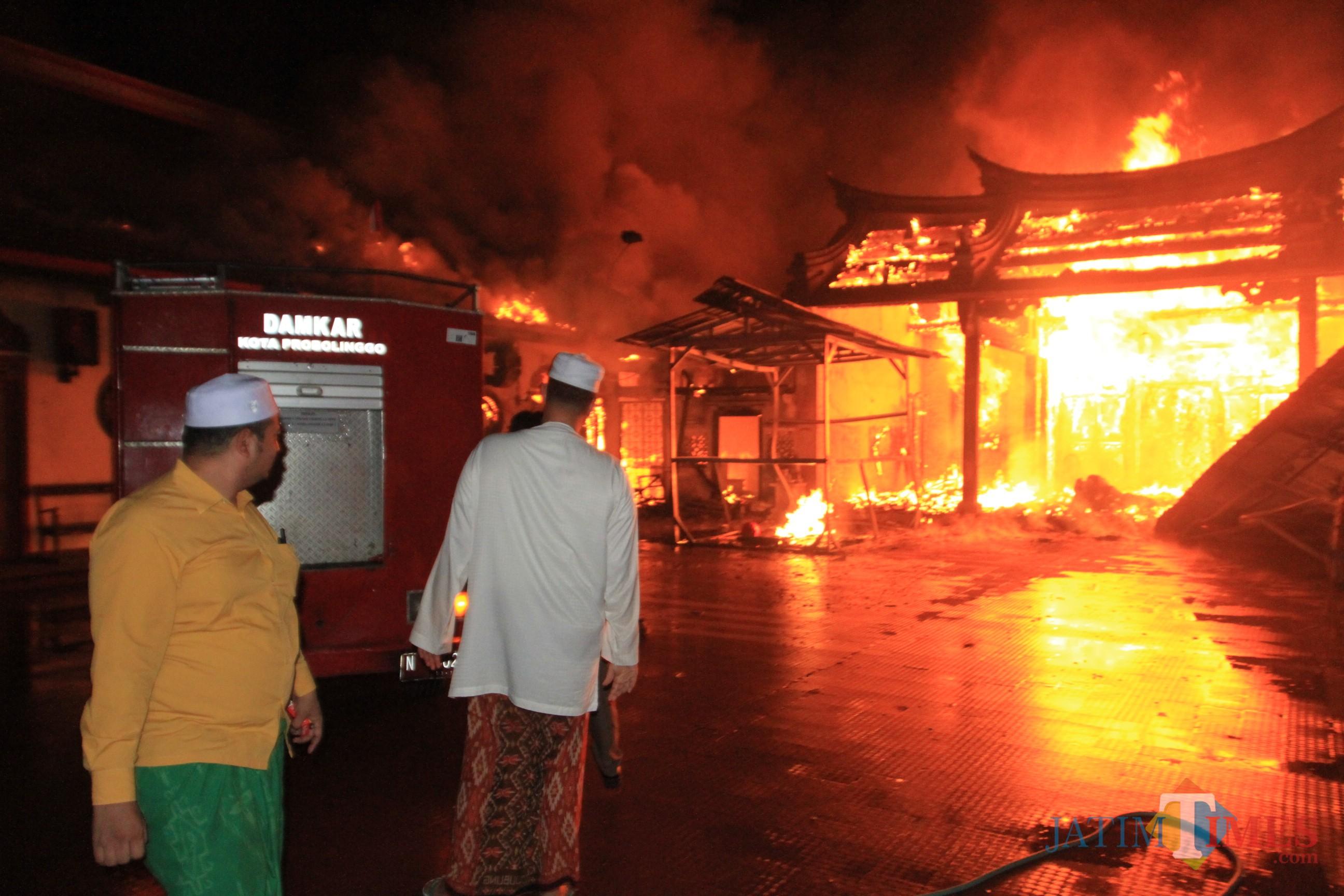 Wali Kota Probolinggo Hadi Zainal Abidin melihat dari dekat kebakaran klenteng Tri Dharma (Agus Salam/Jatim TIMES)