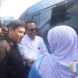 Wali Kota Kediri Abdullah Abu Bakar (baju hitam)  secara simbolis menukarkan uang. (Eko Arif S /JatimTIMES)