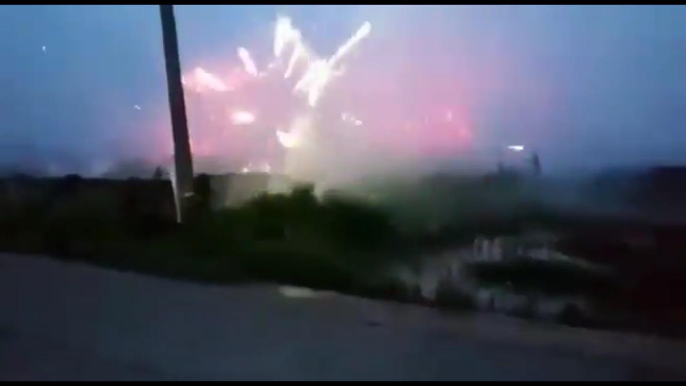 Aksi dua kelompok remaja saling serang memainkan kembang api. (Foto: istimewa)