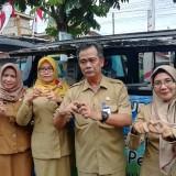 Kepala DPMPTSP Kabupaten Malang Iriantoro (dua dari kanan) bersama petugasnya. (Nana)