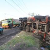 Dumb truck bermuatan batu bara guling di jalan Lingkar Utara (Anggrek) Kota Probolinggo (Agus Salam/Jatim TIMES)