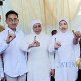 Gubernur Jatim Khofifah bersama keempat anaknya