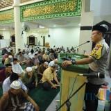 Kapolres Situbondo saat memberikan pesan kamtibmas di Masjid Al-Jihad Situbondo. (Foto Heru Hartanto / Situbondo TIMES)